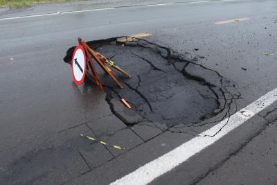 Prefeitura agiliza conserto de buraco na via.